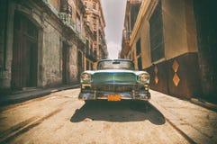 Carro do vintage estacionado na rua de Havana Imagens de Stock Royalty Free