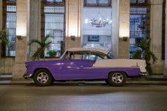 Carro do vintage na noite em Havana, Cuba Fotos de Stock