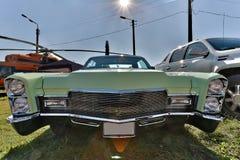 Carro do vintage que fica no por do sol Foto de Stock Royalty Free