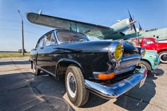 Carro do vintage que fica no por do sol Foto de Stock