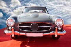 Carro do vintage que fica no por do sol Imagens de Stock Royalty Free