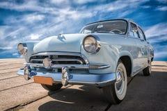 Carro do vintage que fica no por do sol Imagem de Stock