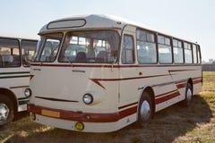 Carro do vintage que fica no por do sol Imagens de Stock