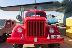 Carro do vintage que fica no por do sol Fotos de Stock Royalty Free