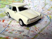 Carro do vintage sobre o mapa Imagens de Stock