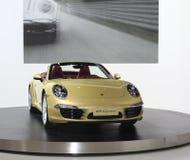 Carro dourado de Porsche 911 foto de stock
