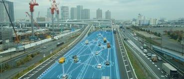 Carro Driverless automotivo esperto de Iot com a liga da inteligência artificial com tecnologia de aprendizagem profunda o auto q foto de stock