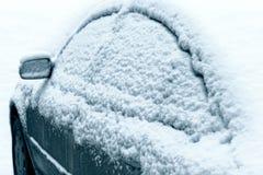Carro durante uma queda de neve na cidade imagens de stock royalty free