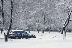 Carro durante uma queda de neve na cidade imagens de stock