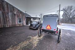 Carro e carrinho velhos de Amish imagens de stock royalty free