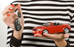 Carro e chaves nas mãos Fotografia de Stock Royalty Free