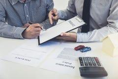 Carro e conceito do seguro, apresentação do agente do corretor e contra home imagem de stock royalty free