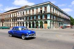 Carro e construção velhos em Havana Imagens de Stock Royalty Free