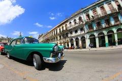 Carro e construção velhos em Havana Foto de Stock Royalty Free