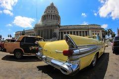 Carro e construção velhos em Havana Fotografia de Stock Royalty Free
