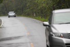 Carro e estrada na maneira da montanha Fotos de Stock Royalty Free