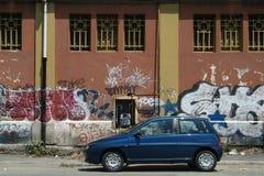 Carro e grafittis Imagens de Stock Royalty Free