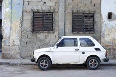 Carro e paredes de desintegração - Havana, Cuba imagem de stock