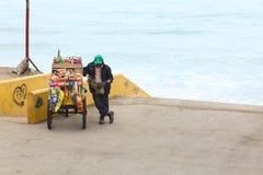 Carro e pessoa do petisco na costa de Barranco, Lima, Peru Fotos de Stock