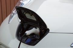 Carro elétrico cobrando Fotos de Stock