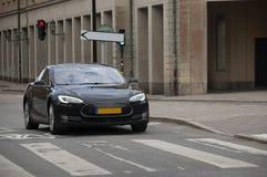 Carro elétrico moderno na rua da cidade bonita velha imagem de stock