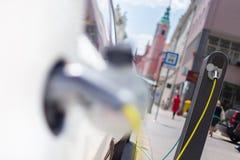 Carro elétrico na estação de carregamento Imagens de Stock