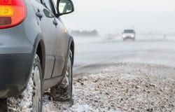 Carro em um blizzard foto de stock