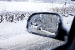 Carro em um espelho fotografia de stock royalty free