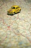 Carro em um mapa Imagem de Stock
