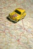 Carro em um mapa Imagens de Stock
