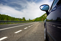 Carro em uma estrada Foto de Stock Royalty Free