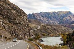 Carro em uma estrada da montanha Imagens de Stock