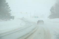 Carro em uma estrada do inverno Imagem de Stock Royalty Free