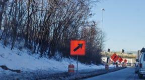 Carro em uma estrada do inverno Fotografia de Stock Royalty Free