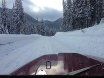 Carro em uma estrada do inverno Fotos de Stock
