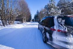 Carro em uma estrada, em uma neve e em um gelo perigosos. Fotos de Stock Royalty Free