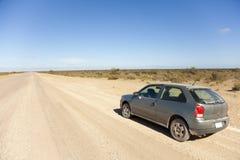 Carro em uma estrada empoeirada aberta Imagens de Stock Royalty Free