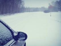 Carro em uma estrada nevado imagem de stock