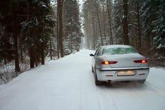 Carro em uma floresta nevado do inverno Imagens de Stock