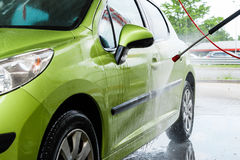 Carro em uma lavagem de carros Imagem de Stock Royalty Free