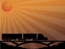 Carro en el puente que pasa en la puesta del sol Fotos de archivo