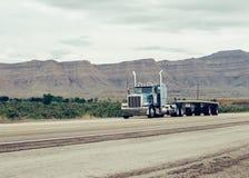 Carro en la carretera SALT LAKE, UTAH, LOS E.E.U.U. imágenes de archivo libres de regalías