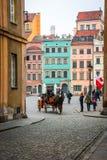 Carro en las calles de Varsovia, Polonia Imagenes de archivo