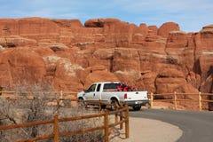 Carro en los arcos parque nacional, Utah Imagen de archivo libre de regalías