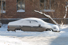 Carro enterrado na neve. Fotografia de Stock Royalty Free