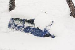 Carro enterrado pela neve durante uma tempestade foto de stock