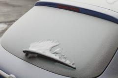Carro estacionado coberto com a primeira neve no inverno Imagem de Stock Royalty Free