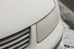 Carro estacionado coberto com a primeira neve no inverno Imagens de Stock Royalty Free