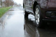 Carro estacionado fora no dia chuvoso imagens de stock