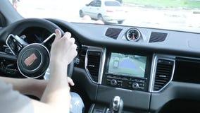 Carro estacionado homem com a câmera vídeos de arquivo